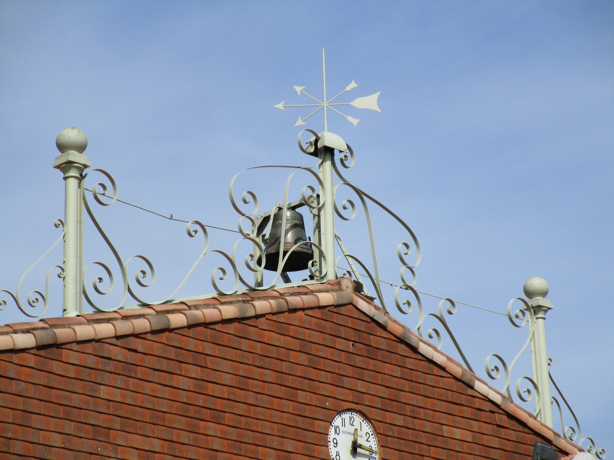 décoration du toit de la salle des fêtes