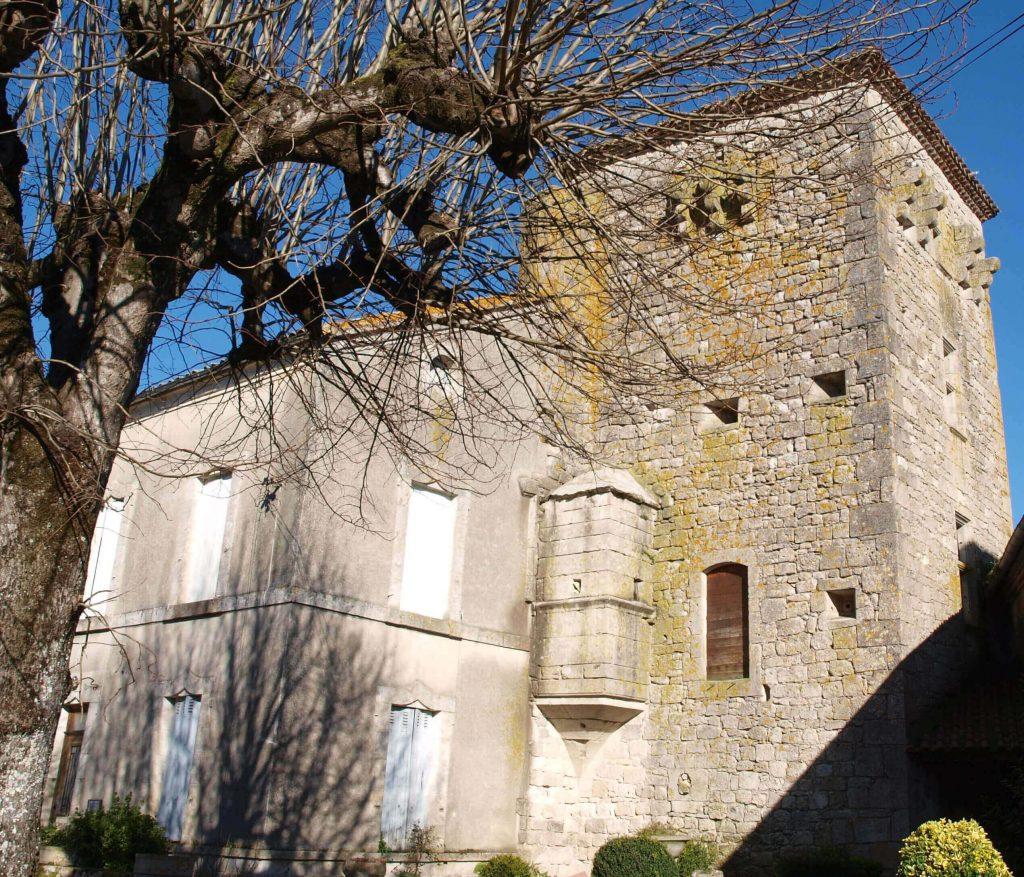 """La tour vue depuis le """"placier"""", ancienne cour du château. A gauche le presbytère et entre les deux l'étroite échauguette."""